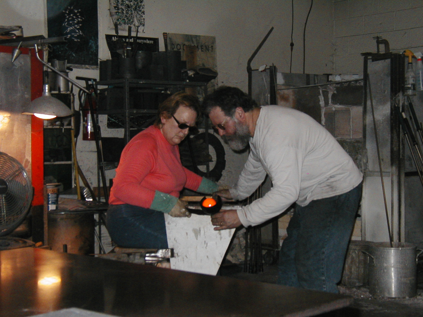 Glassblower.Info - Joel Bless Glasslight Glassblowing class January 18 2004 #095