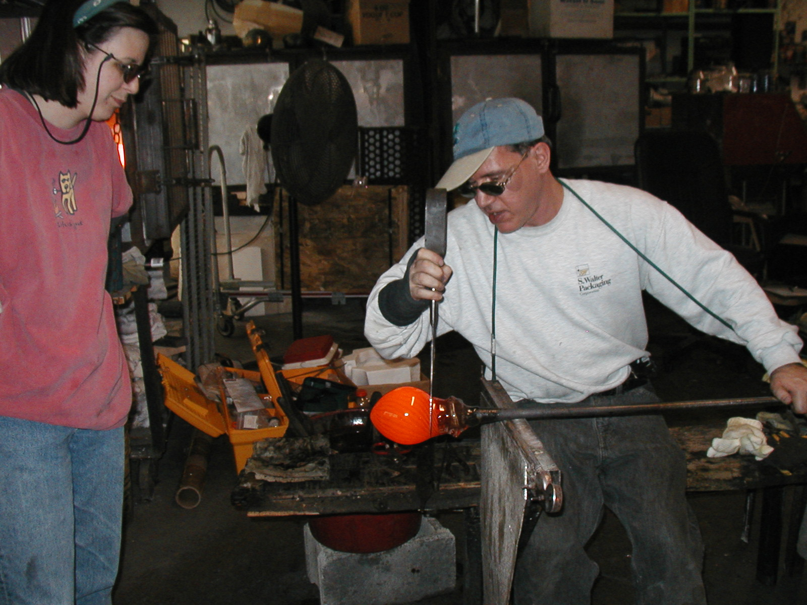 Glassblower.Info - Joel Bless Glasslight Glassblowing class January 18 2004 #096