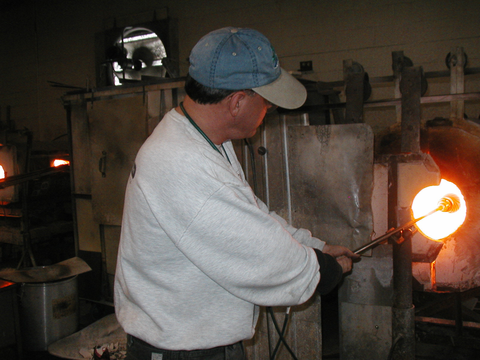 Glassblower.Info - Joel Bless Glasslight Glassblowing class January 18 2004 #099