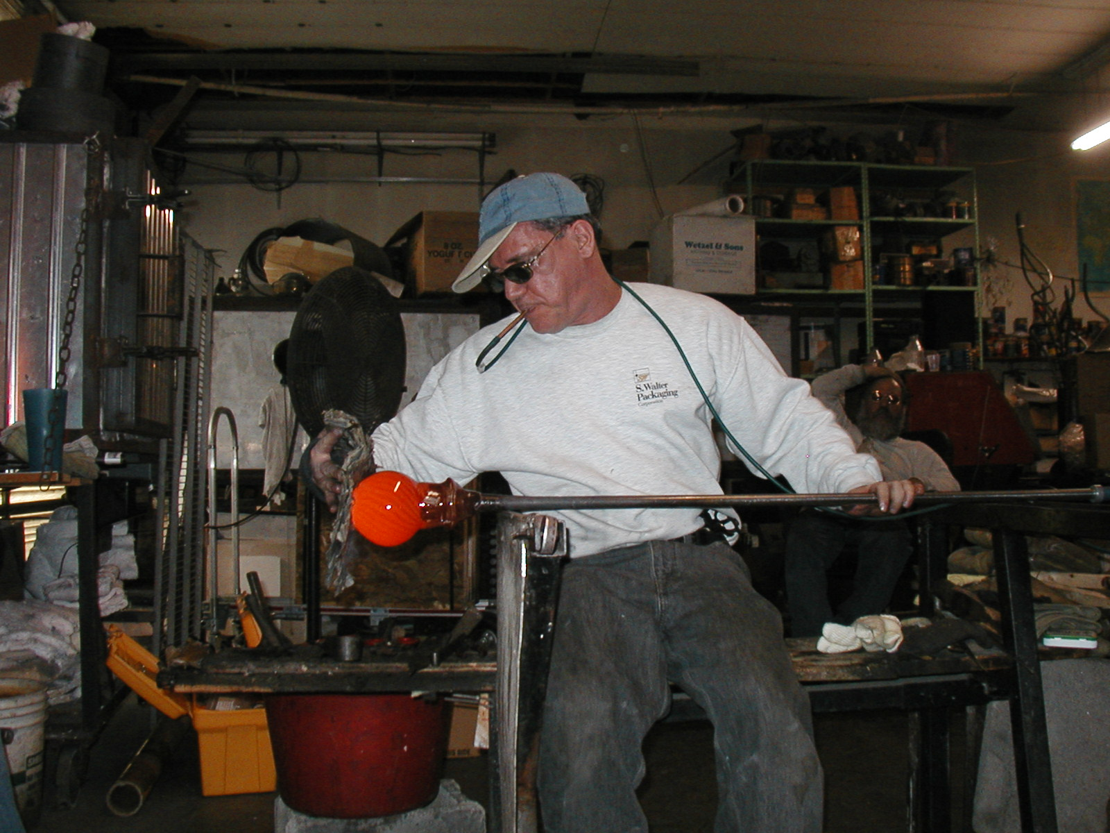 Glassblower.Info - Joel Bless Glasslight Glassblowing class January 18 2004 #101