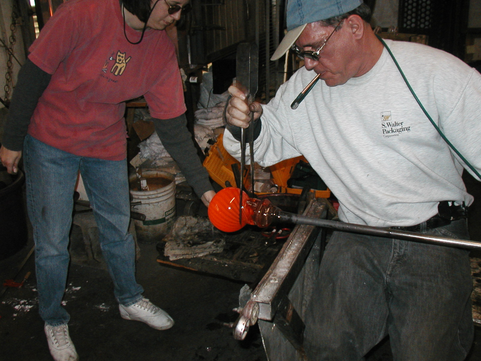 Glassblower.Info - Joel Bless Glasslight Glassblowing class January 18 2004 #102