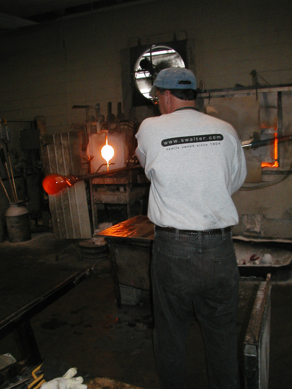 Glassblower.Info - Joel Bless Glasslight Glassblowing class January 18 2004 #103