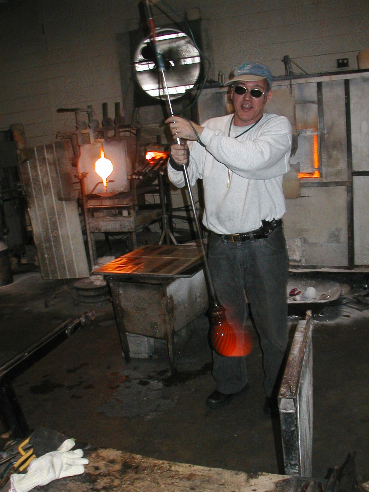 Glassblower.Info - Joel Bless Glasslight Glassblowing class January 18 2004 #104