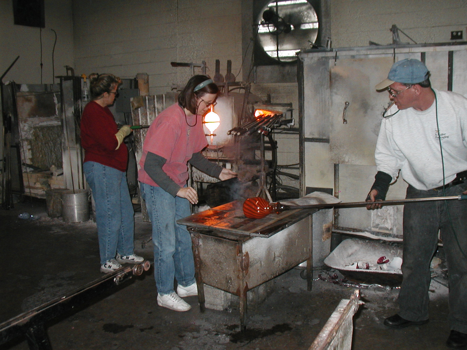 Glassblower.Info - Joel Bless Glasslight Glassblowing class January 18 2004 #107