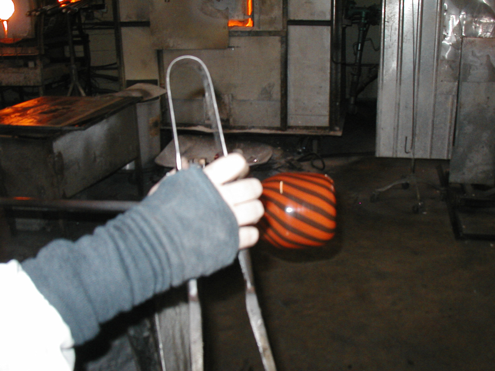 Glassblower.Info - Joel Bless Glasslight Glassblowing class January 18 2004 #109