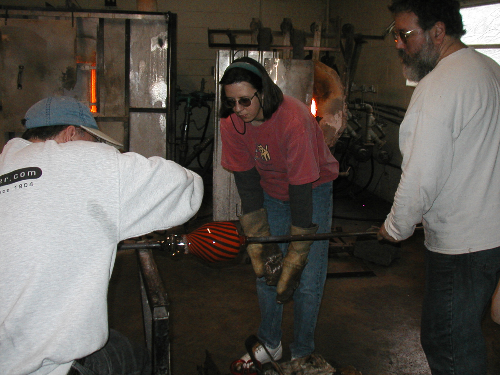 Glassblower.Info - Joel Bless Glasslight Glassblowing class January 18 2004 #110