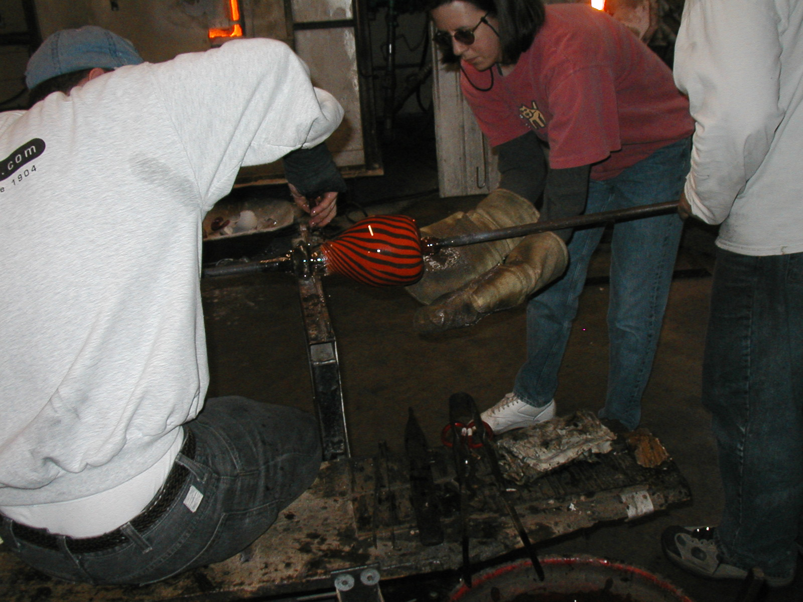 Glassblower.Info - Joel Bless Glasslight Glassblowing class January 18 2004 #111