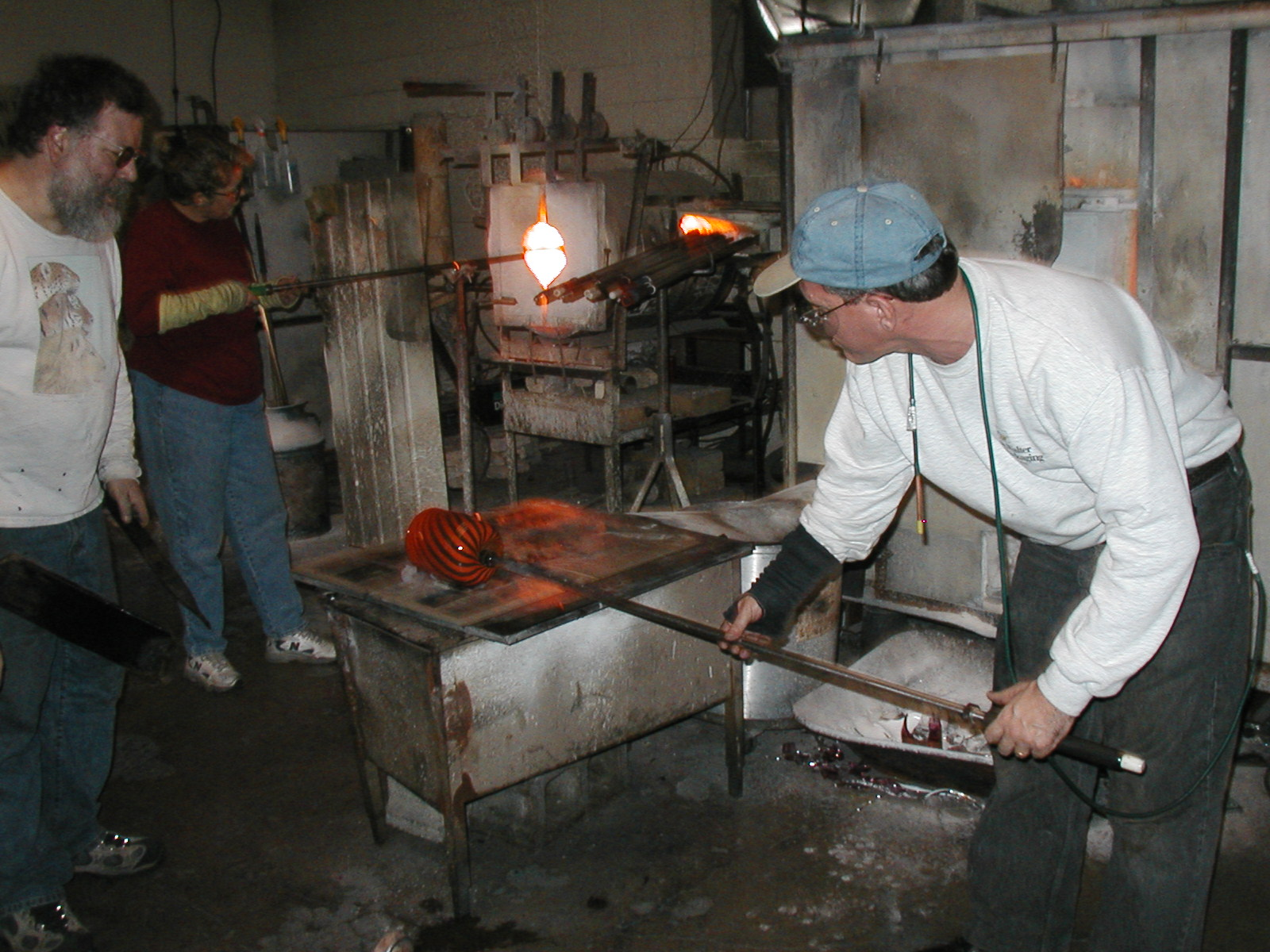Glassblower.Info - Joel Bless Glasslight Glassblowing class January 18 2004 #112