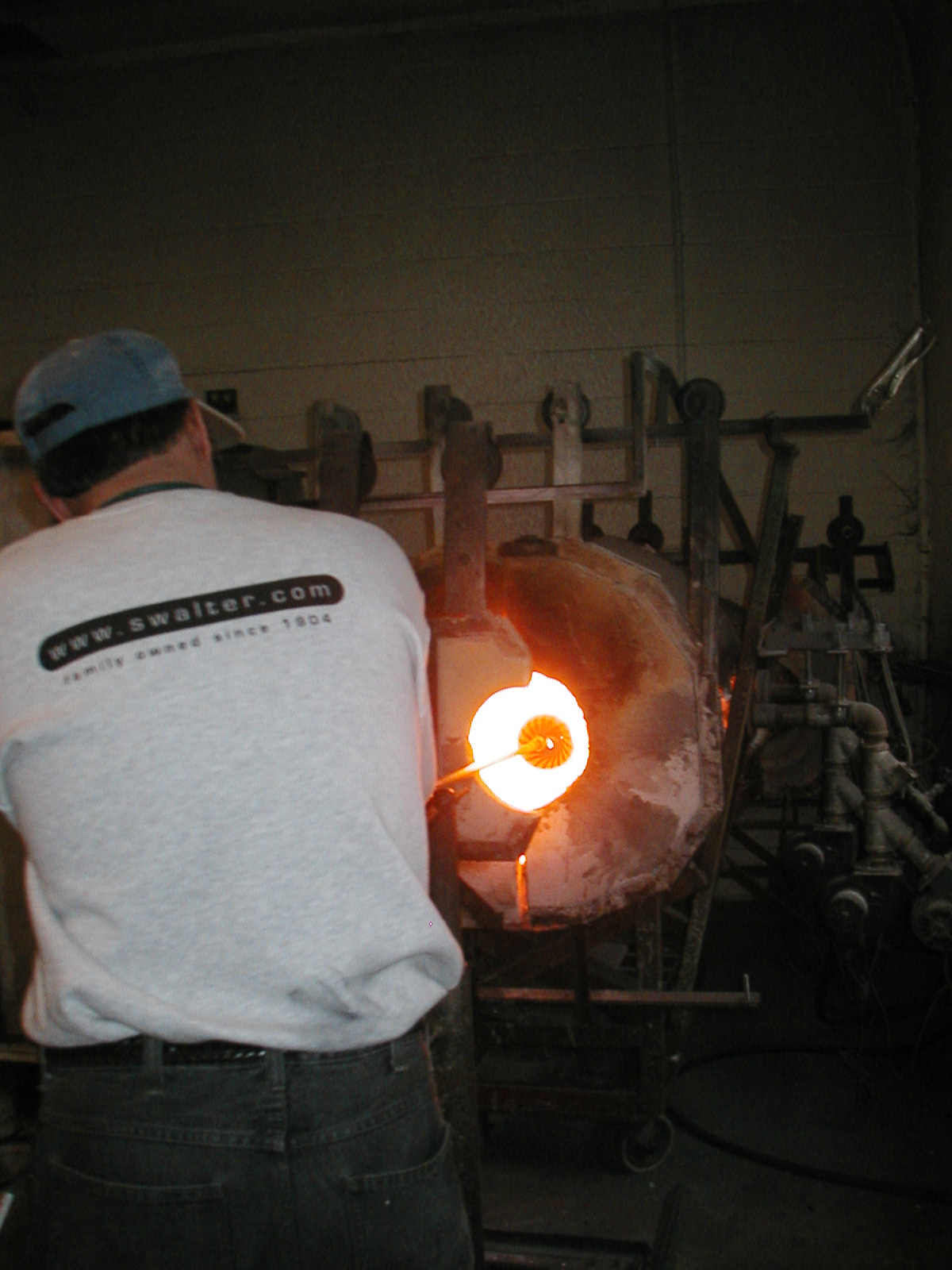 Glassblower.Info - Joel Bless Glasslight Glassblowing class January 18 2004 #113