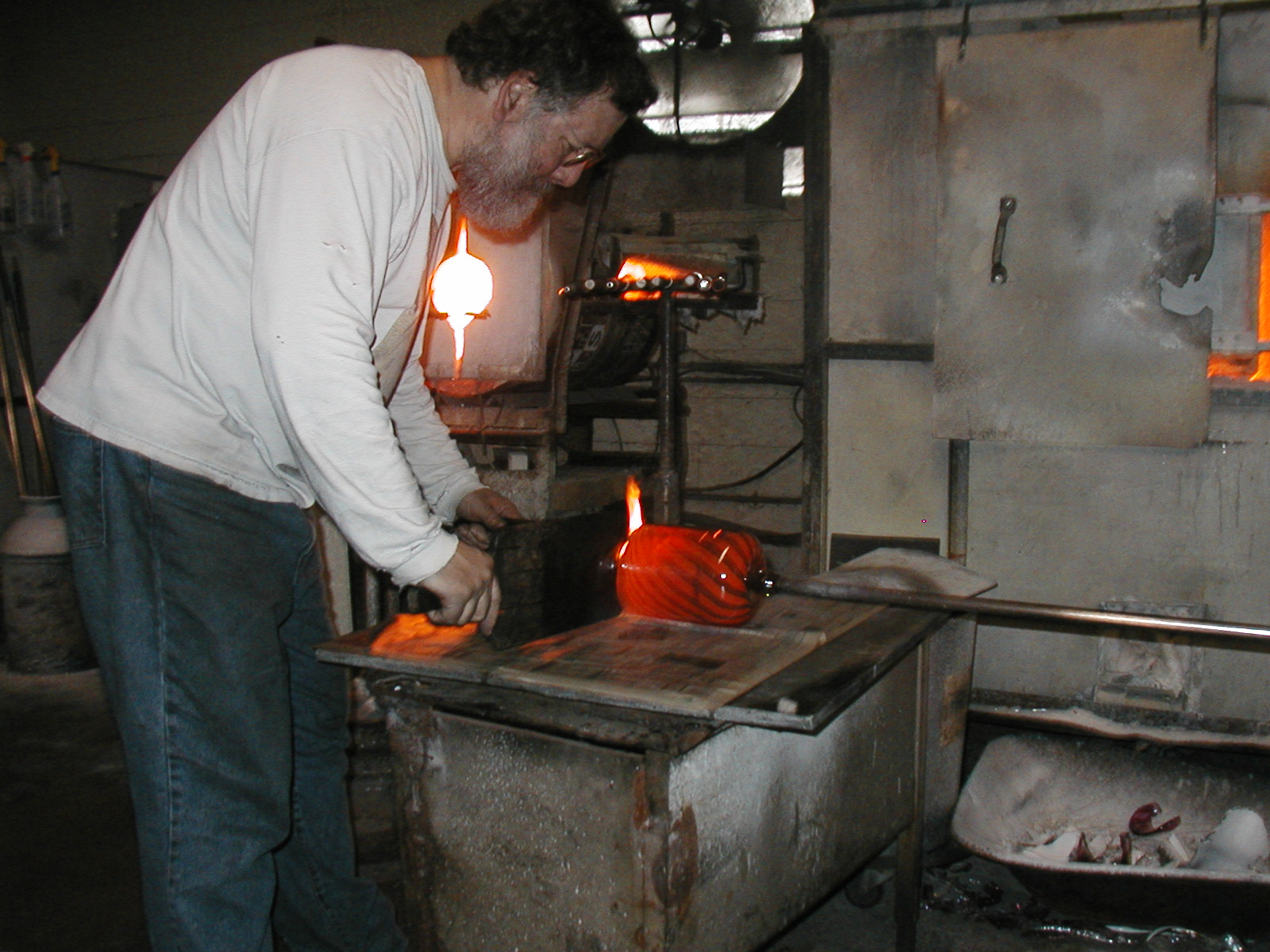 Glassblower.Info - Joel Bless Glasslight Glassblowing class January 18 2004 #115