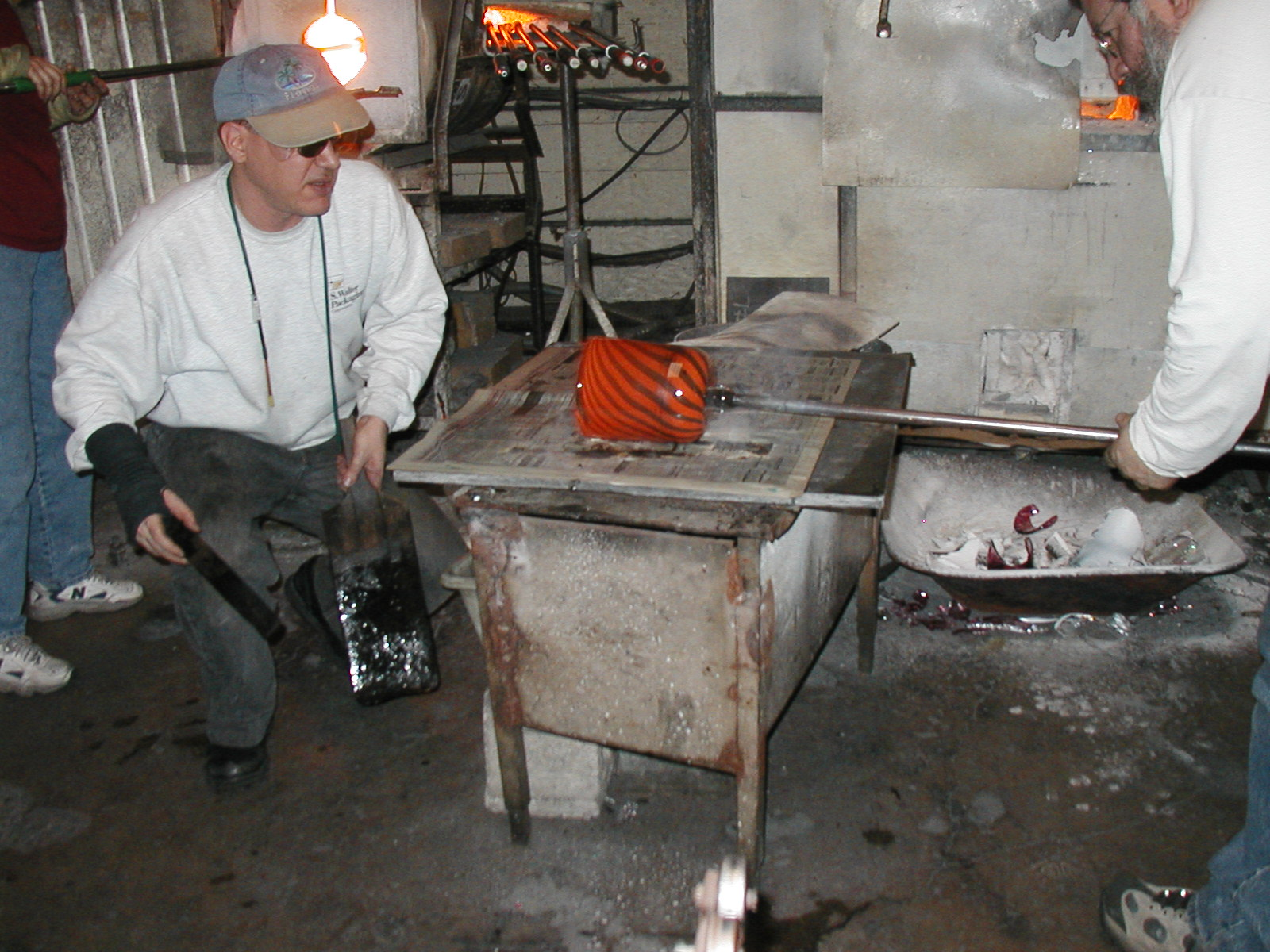 Glassblower.Info - Joel Bless Glasslight Glassblowing class January 18 2004 #116