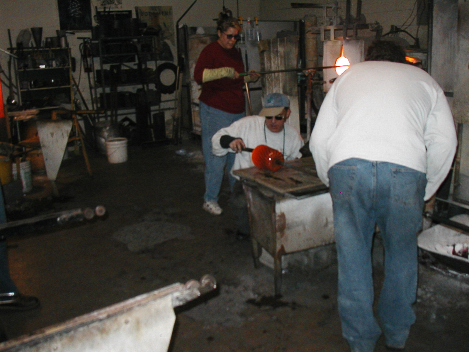 Glassblower.Info - Joel Bless Glasslight Glassblowing class January 18 2004 #117