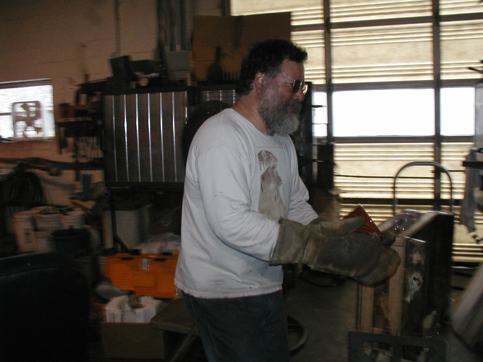 Glassblower.Info - Joel Bless Glasslight Glassblowing class January 18 2004 #123