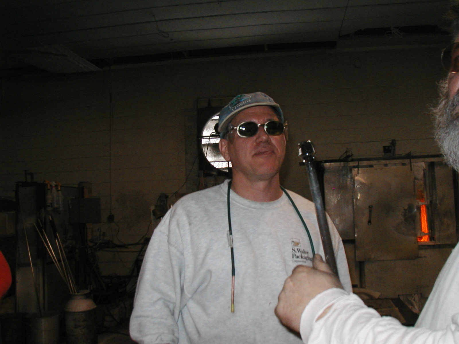 Glassblower.Info - Joel Bless Glasslight Glassblowing class January 18 2004 #126