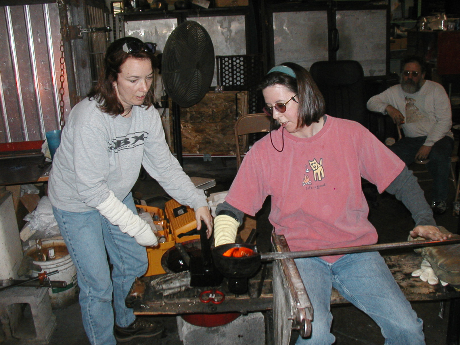 Glassblower.Info - Joel Bless Glasslight Glassblowing class January 18 2004 #128