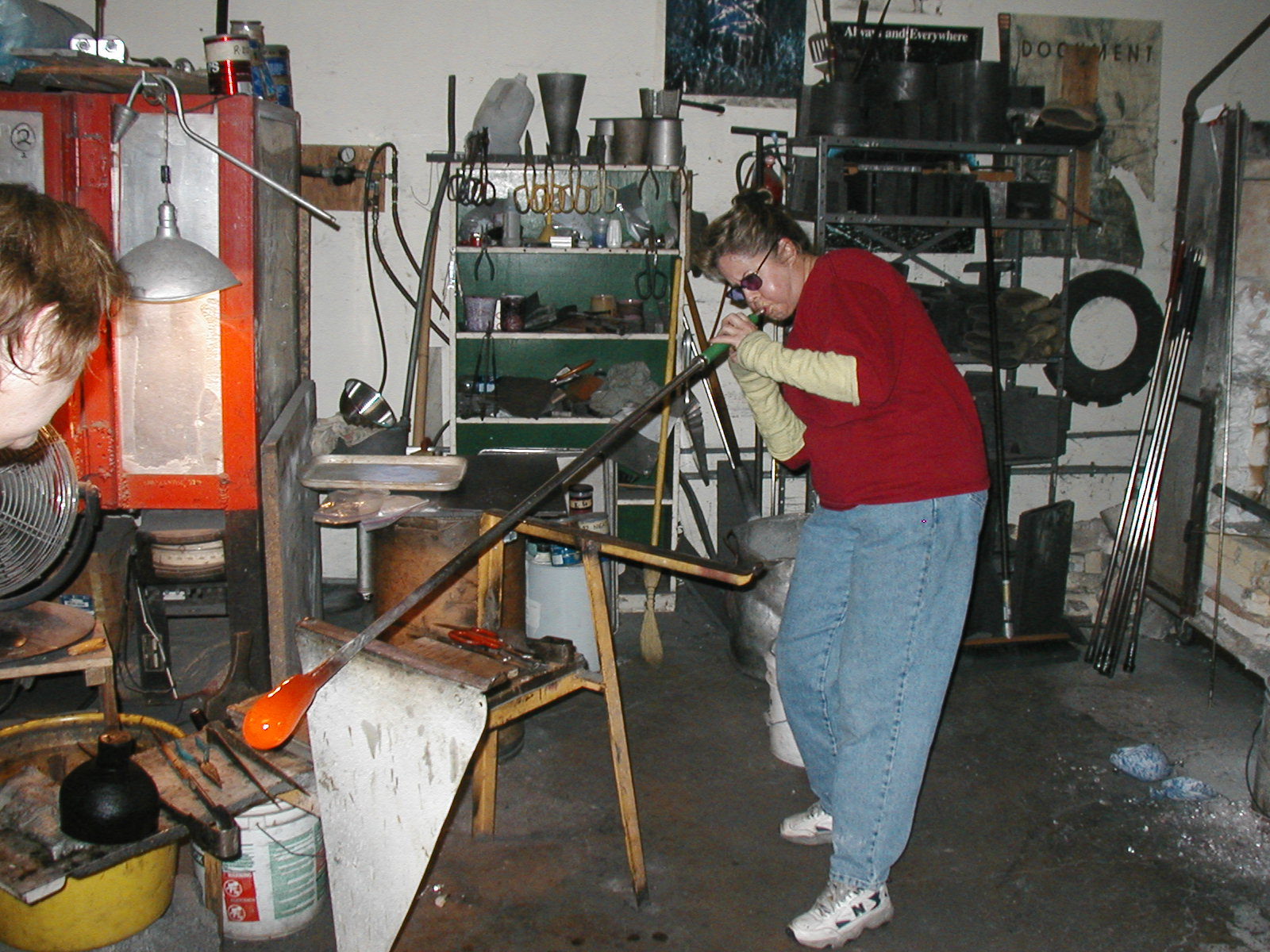 Glassblower.Info - Joel Bless Glasslight Glassblowing class January 18 2004 #131