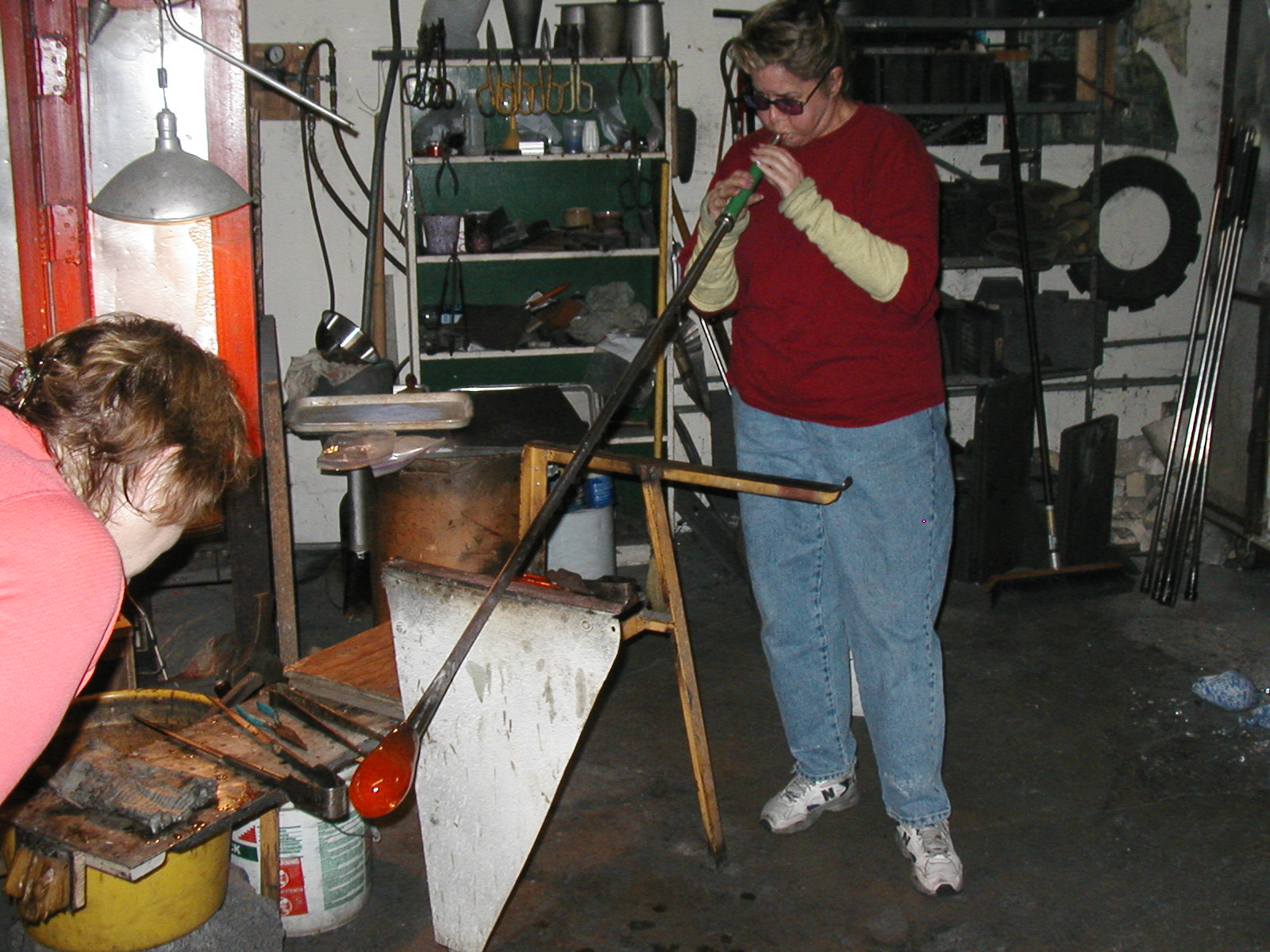 Glassblower.Info - Joel Bless Glasslight Glassblowing class January 18 2004 #135
