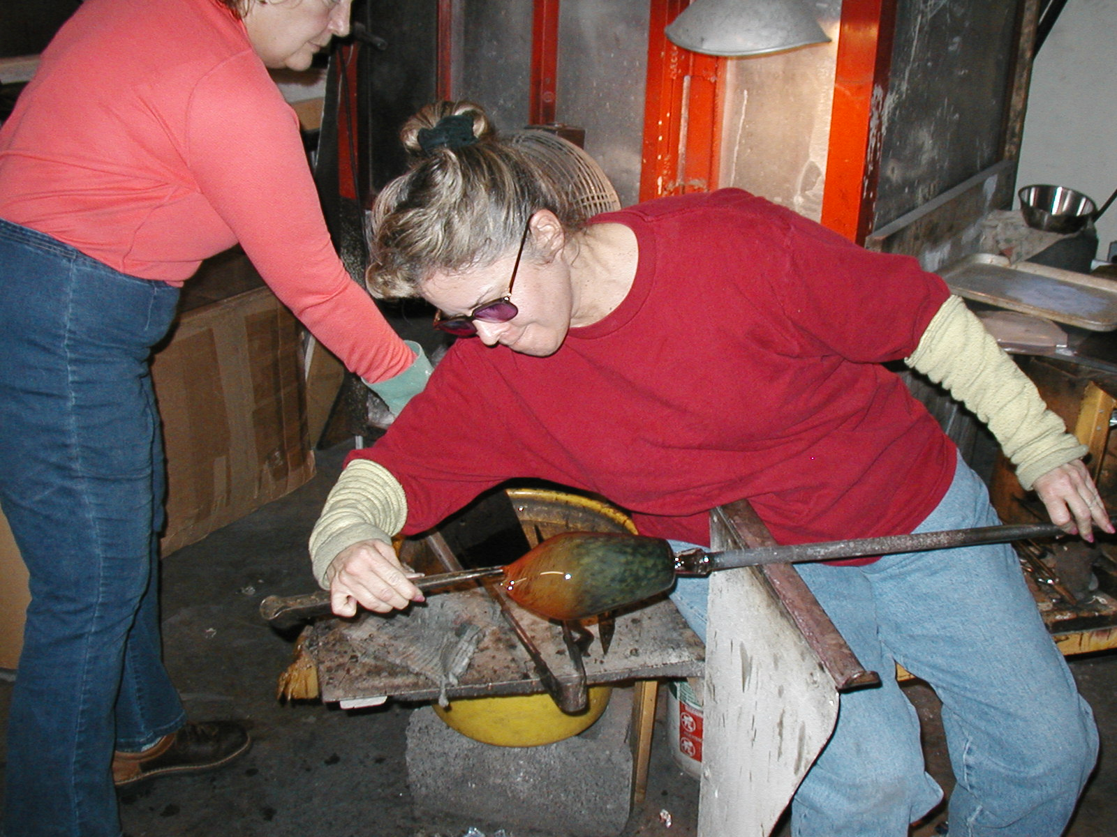 Glassblower.Info - Joel Bless Glasslight Glassblowing class January 18 2004 #144