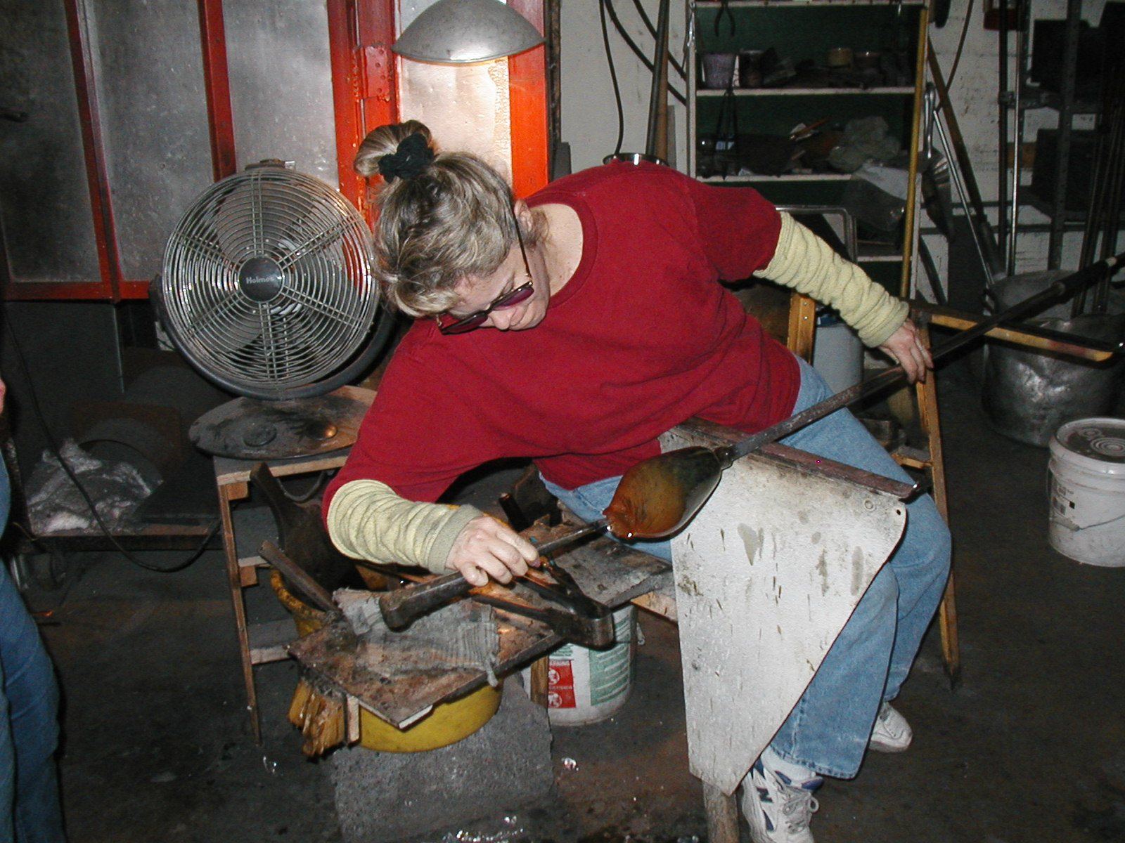 Glassblower.Info - Joel Bless Glasslight Glassblowing class January 18 2004 #145