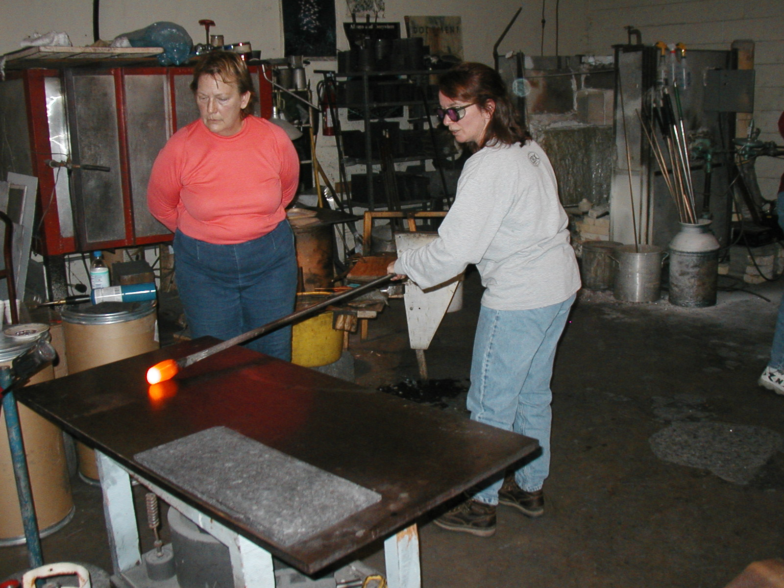 Glassblower.Info - Joel Bless Glasslight Glassblowing class January 18 2004 #147