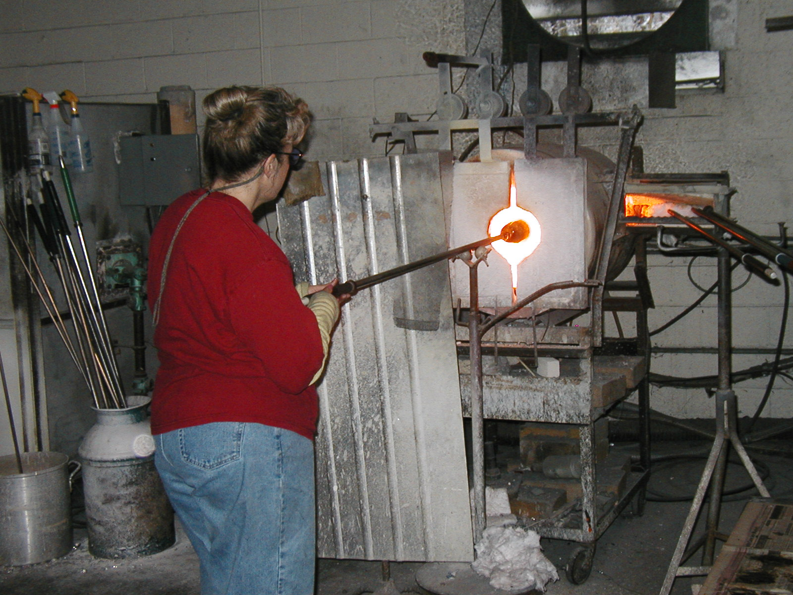 Glassblower.Info - Joel Bless Glasslight Glassblowing class January 18 2004 #148