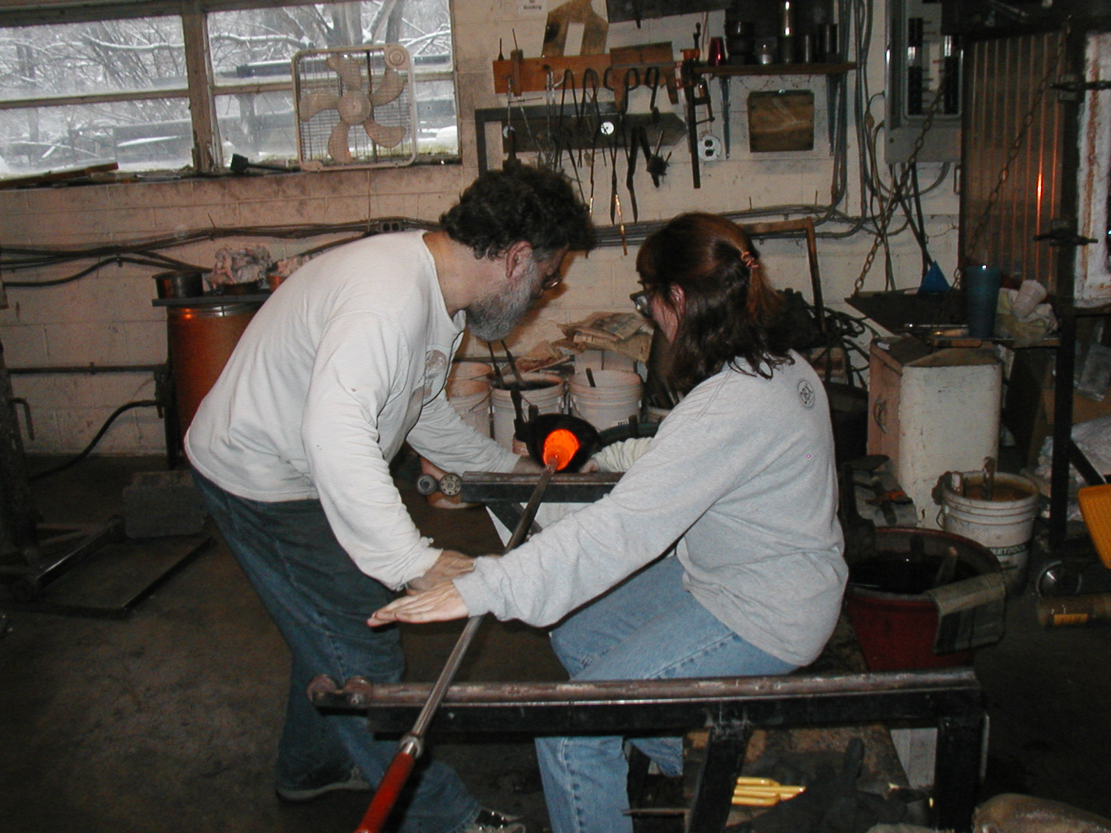 Glassblower.Info - Joel Bless Glasslight Glassblowing class January 18 2004 #151