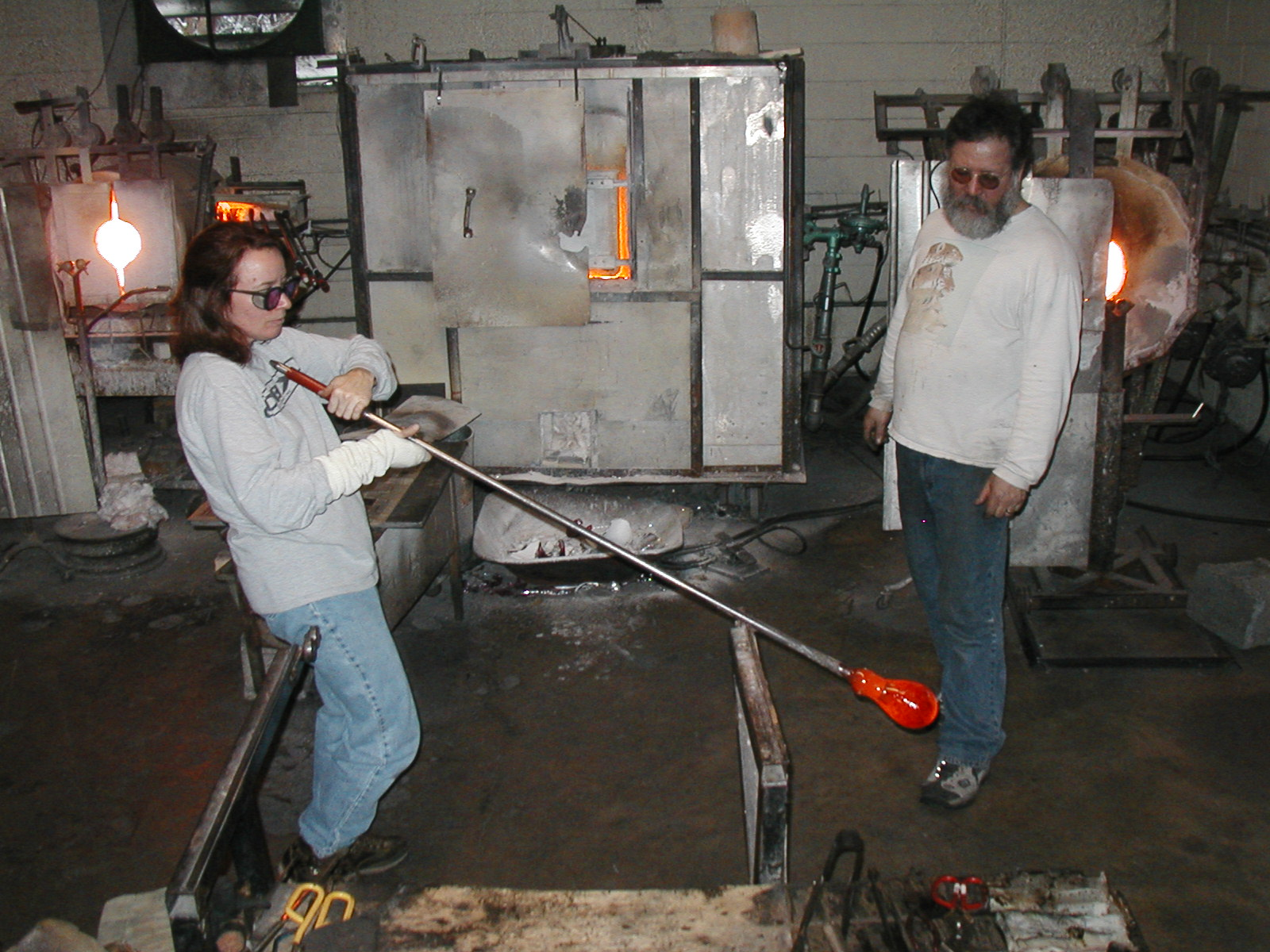 Glassblower.Info - Joel Bless Glasslight Glassblowing class January 18 2004 #154