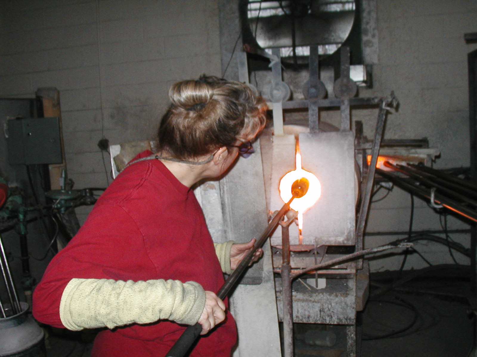 Glassblower.Info - Joel Bless Glasslight Glassblowing class January 18 2004 #156