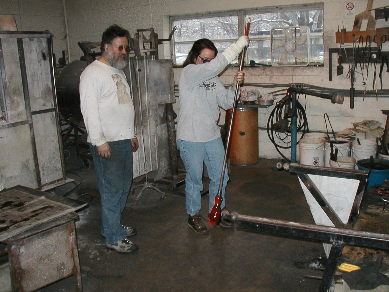 Glassblower.Info - Joel Bless Glasslight Glassblowing class January 18 2004 #158