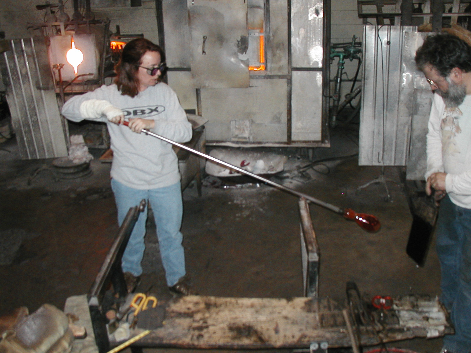 Glassblower.Info - Joel Bless Glasslight Glassblowing class January 18 2004 #159