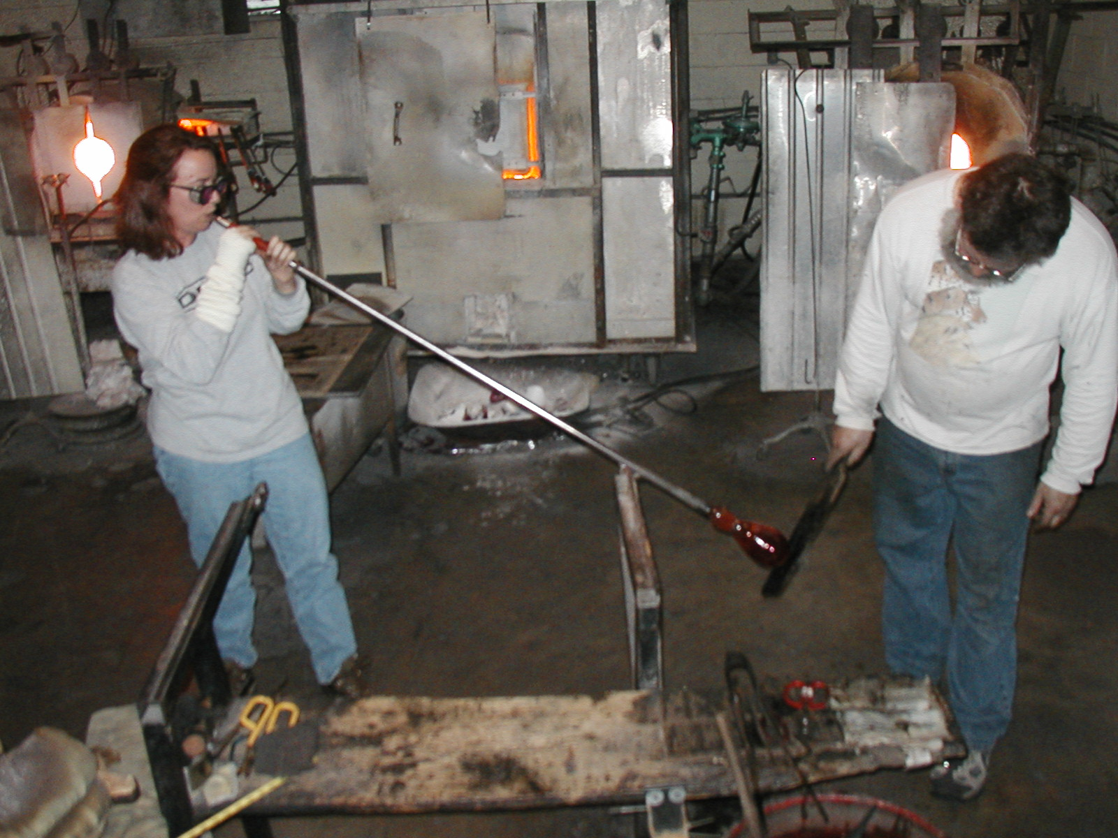 Glassblower.Info - Joel Bless Glasslight Glassblowing class January 18 2004 #160