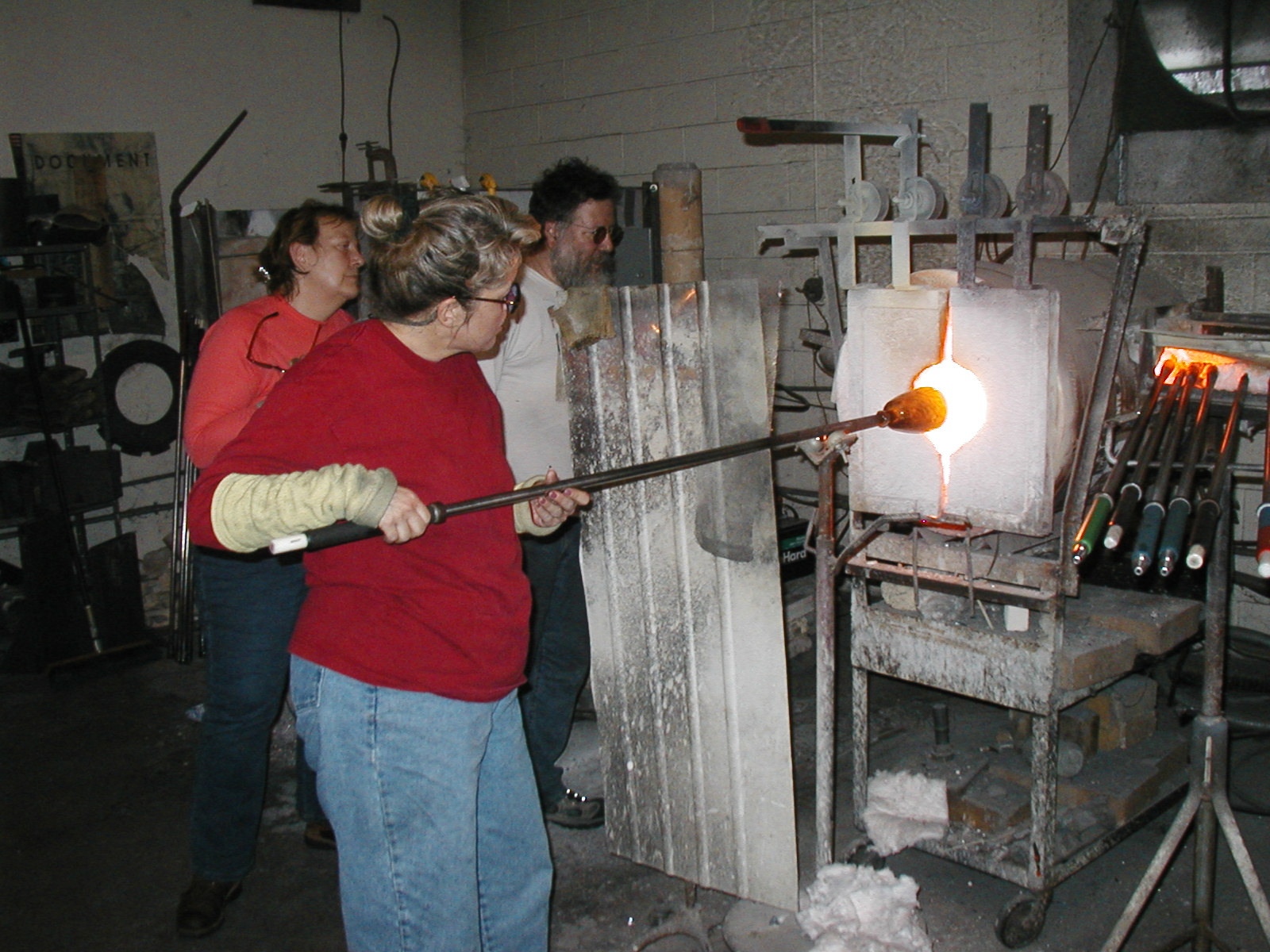 Glassblower.Info - Joel Bless Glasslight Glassblowing class January 18 2004 #161