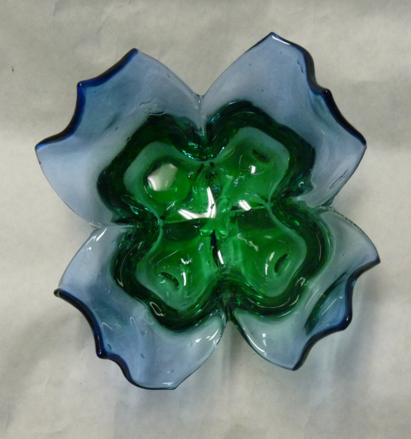 Glassblower.Info - Tony Patti Glassblowing 2010 - Right-Angle Steel Mold - Blue and Green Beautiful Flower Bowl - Top view
